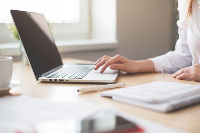 Foto di una donna che usa un PC