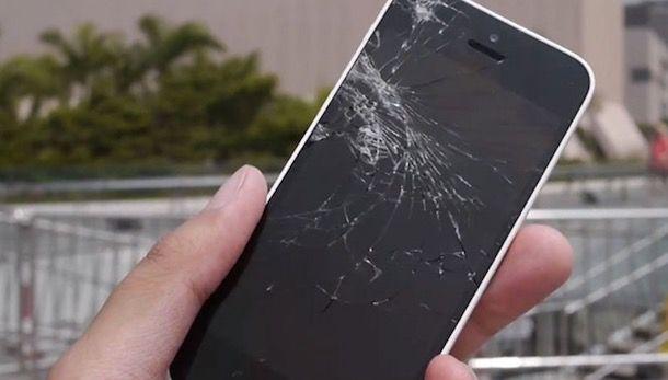 iPhone con schermo rotto