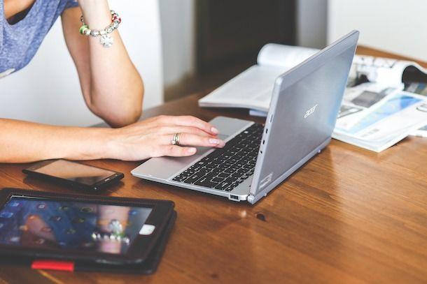 Donna che usa un PC portatile