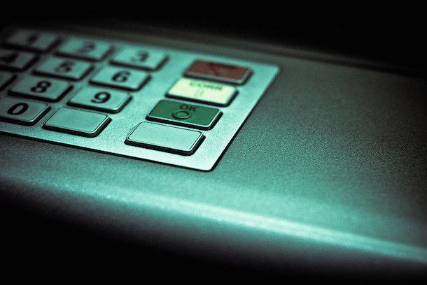 Foto che mostra uno sportello bancomat