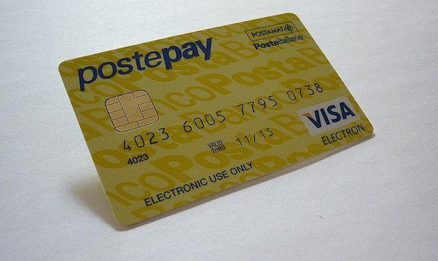 Foto che mostra una carta Postepay