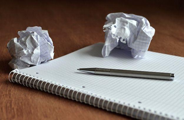 Foto che mostra un blocco note con una penna