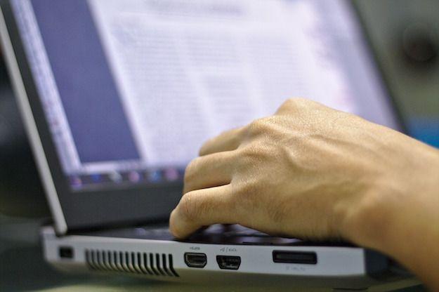 Foto che mostra un utente che utilizza un notebook