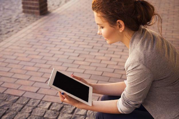 Foto che mostra una donna che usa un tablet