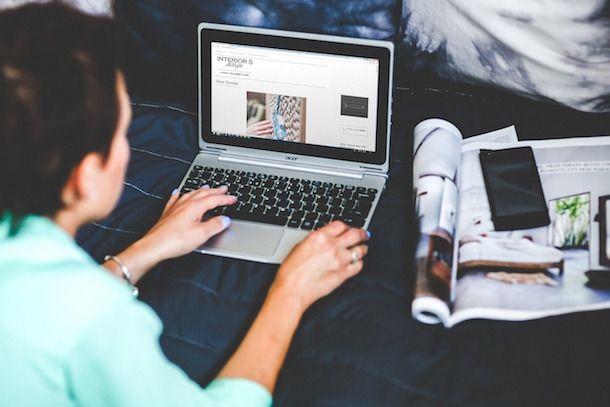 Foto che mostra una donna che utilizza un notebook