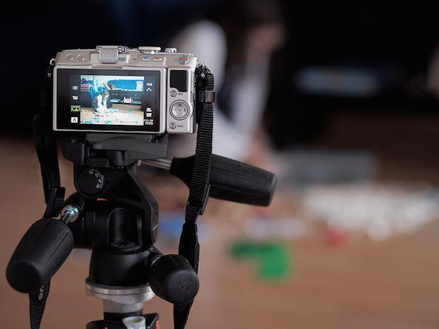 Foto che mostra una macchina fotografica con cui si sta girando un video