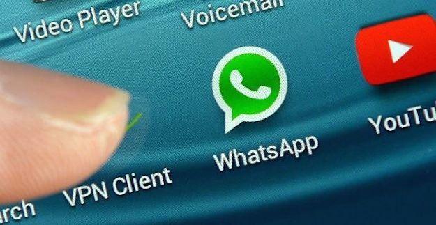Foto che mostra l'icona di WhatsApp su smartphone Samsung