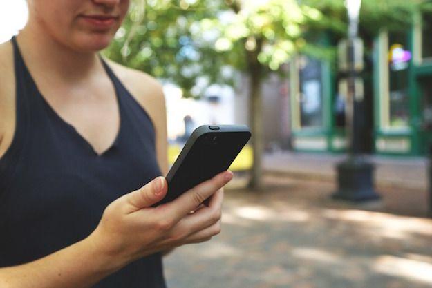 Foto di una donna con un cellulare