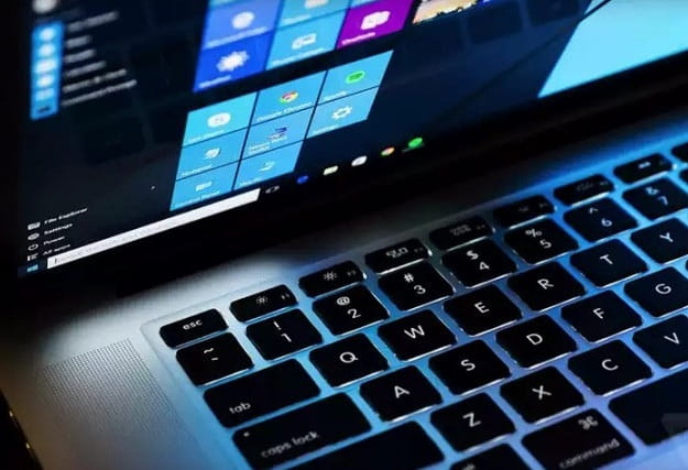 Foto di un computer portatile con Windows 10
