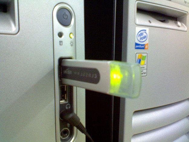 Foto di una chiavetta USB collegata a un computer