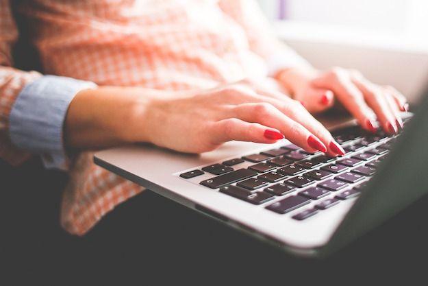 Foto di una donna che usa un computer portatile