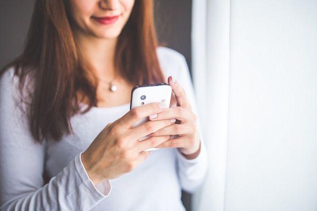 Foto di una ragazza che usa uno smartphone Android