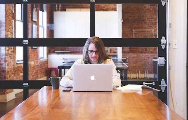 Foto di una ragazza che usa un MacBook