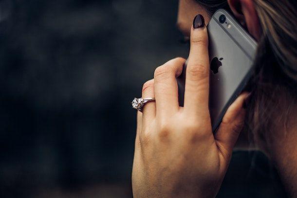 Ragazza che telefona