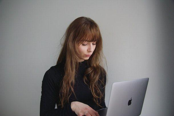 Donna con MacBook