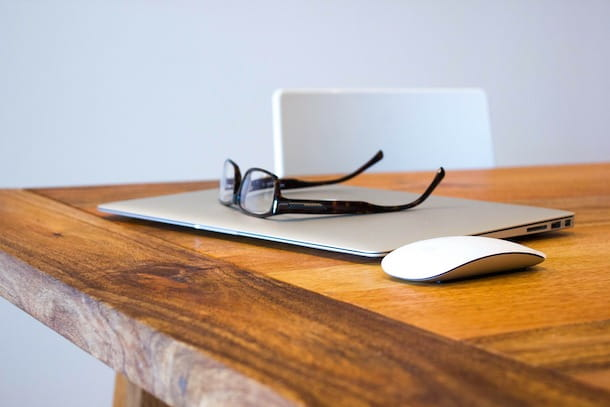 MacBook, mouse e occhiali