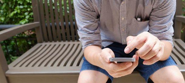 Ragazzo che usa uno smartphone