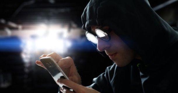 Hacker che usa uno smartphone