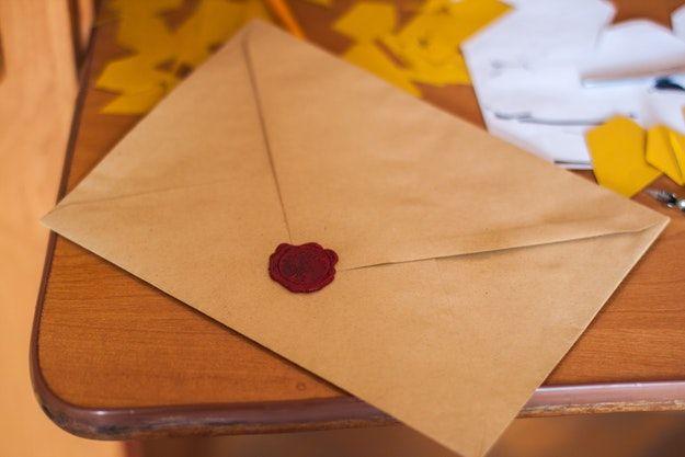 Foto che mostra una busta da lettera con sigillo