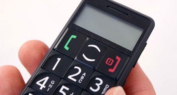 Foto di un cellulare per anziani con tasti grandi