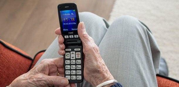 Foto di un cellulare per anziani a conchiglia