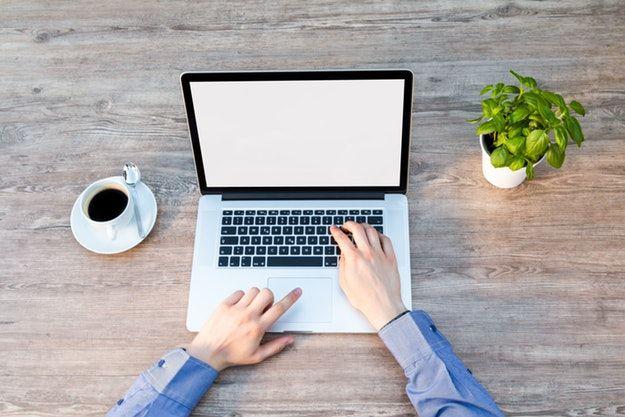 Foto di un uomo che usa un MacBook