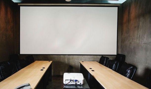 Uno schermo di proiezione
