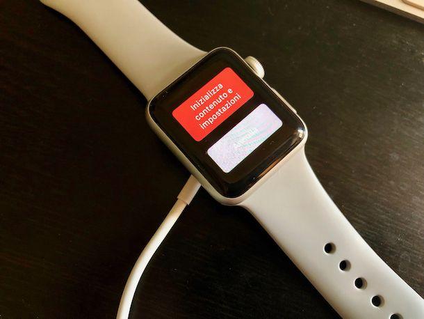 Foto che mostra come inizializzare Apple Watch bloccato