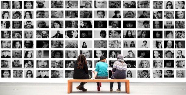 Persone che guardano foto