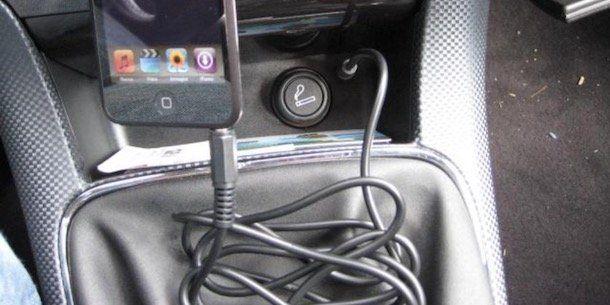 Come collegare il telefono allo stereo con cavo AUX