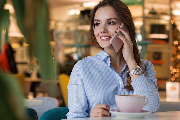 Donna che parla al cellulare