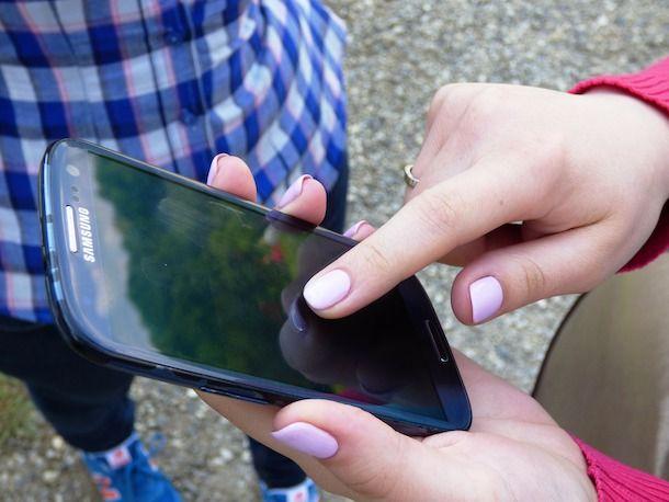 Ragazza che usa uno smartphone Samsung