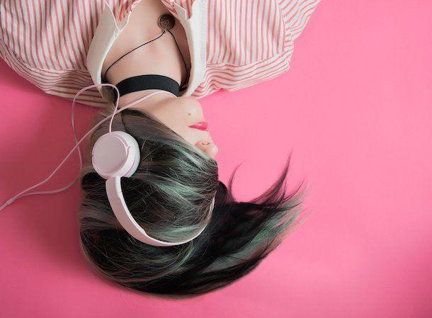 Ragazza che ascolta musica con le cuffie
