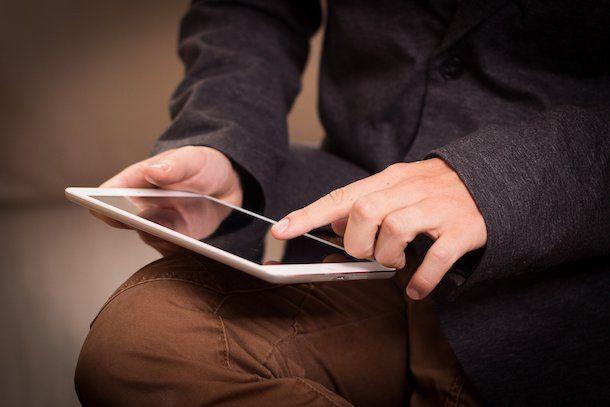 Uomo che usa un tablet