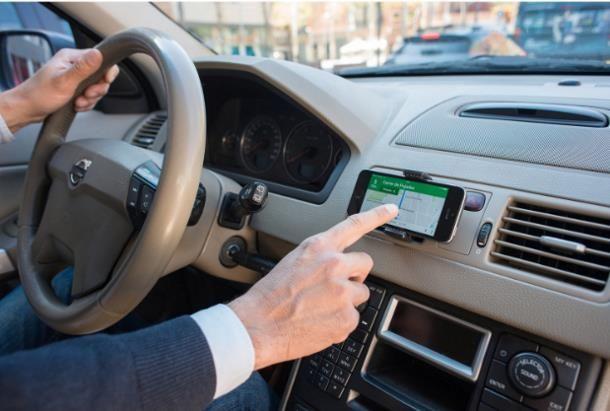 Come collegare il navigatore del cellulare alla macchina non Smart