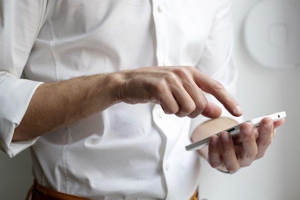 Uomo che usa smartphone Android