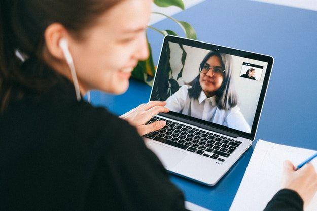 Persona che usa Skype
