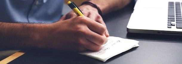 Scrivere su un foglio la scaletta del video