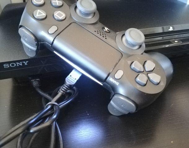 Usare il collegamento USB per connettere il pad PS4 alla PS3