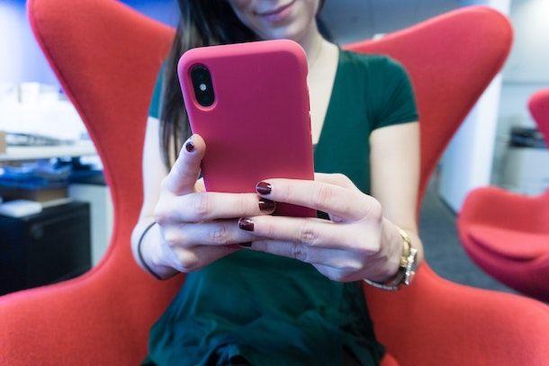 Ragazza che usa iPhone