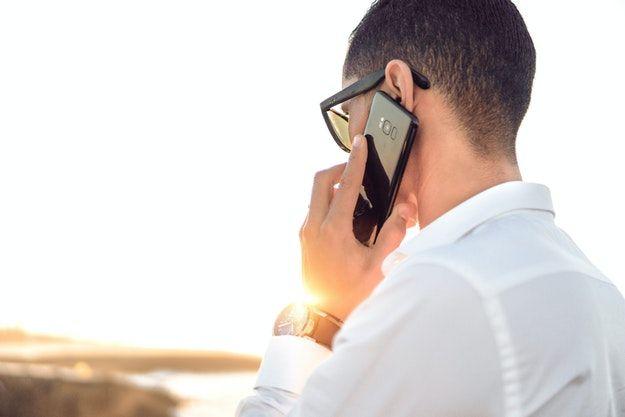 Persona che telefona