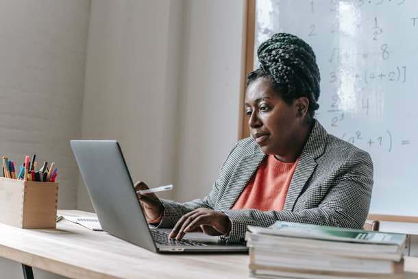 Persona che usa il computer